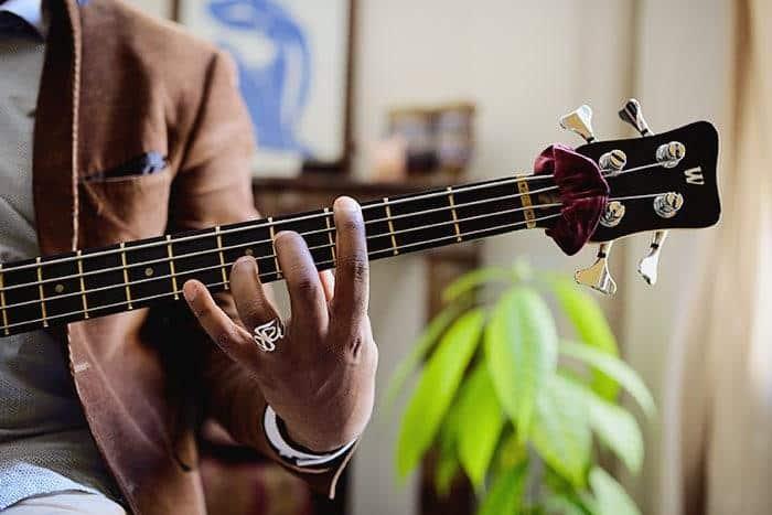 position main droite main et gauche bassiste debutant bassistepro