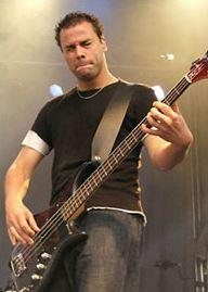 chris-wolstenholme-bassiste-muse